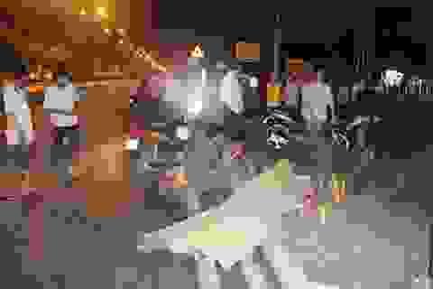 Một thượng tá quân đội ngồi chết bên đường