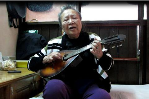 """Cụ bà 84 tuổi hăng say chơi nhạc """"ta"""" bằng đàn """"Tây"""""""