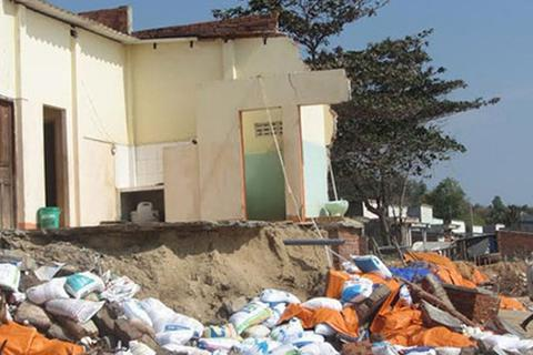 Sóng biển đập tan 20 ngôi nhà
