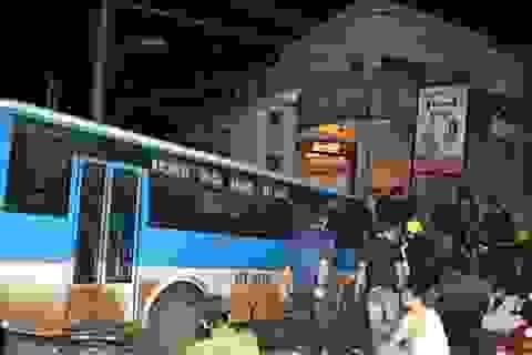 """Xe buýt """"đại náo"""" đường phố, cắm đầu vào nhà dân"""