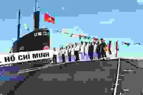 Cờ Tổ quốc vươn cao trên 2 tàu ngầm Kilo
