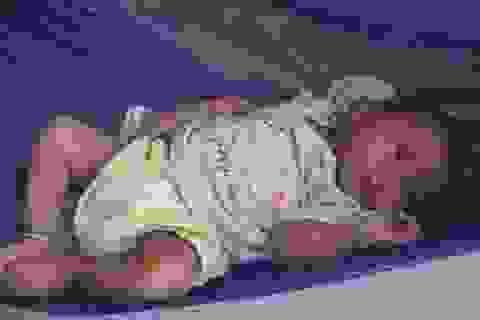 Bé 5 tháng tuổi bị bỏ rơi trước cổng chùa trong đêm