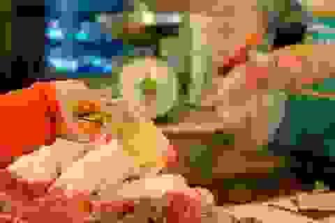 """Thực phẩm thiết yếu không """"đội giá"""" vì tăng lương"""
