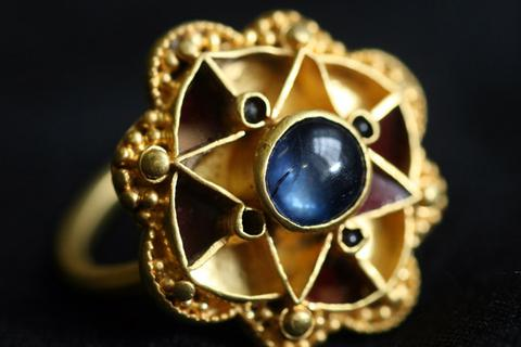 Tình cờ nhặt được bảo vật 1.600 năm tuổi của đế vương