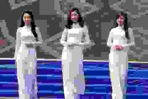 """Nữ sinh Sài thành """"hút hồn"""" du khách với áo dài trắng tinh khiết"""