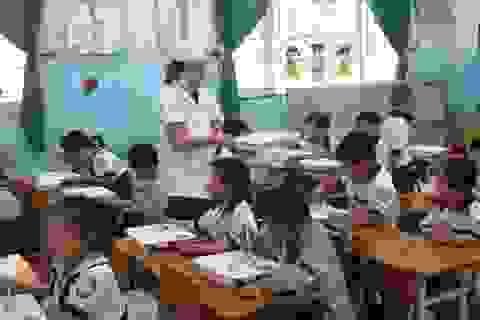 Học trò đến trường để được… hầu hạ