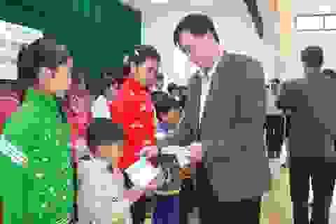 Trao 50 suất học bổng đến trẻ em nghèo