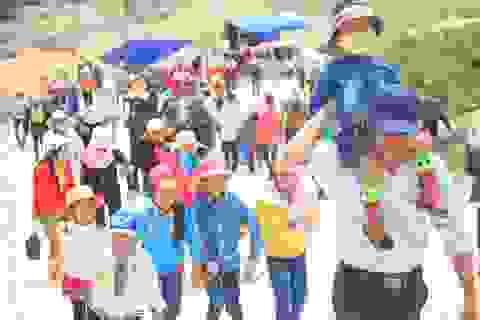 Hàng nghìn người đội nắng leo núi cầu may
