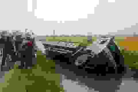 Xe tải lao xuống kênh, tài xế thoát nạn trong gang tấc