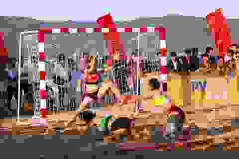 Sôi động giải bóng ném nam, nữ bãi biển toàn quốc