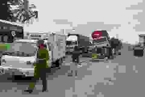 Trụ đèn bị tông đổ vào xe tải, tài xế bị thương