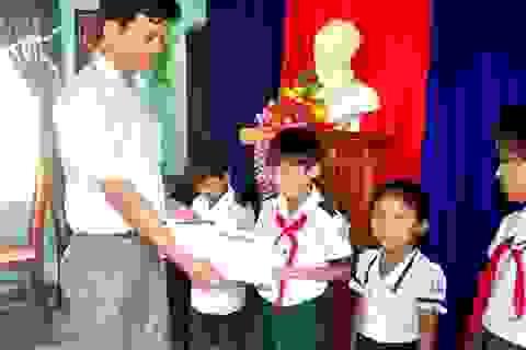 Grobest phối hợp báo Dân trí và Quỹ KHVN  trao 50 suất học bổng đến với học sinh nghèo Quảng Nam