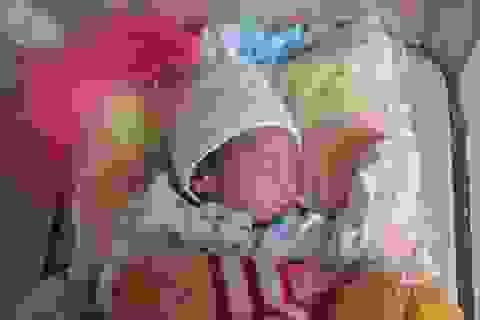 Thương bé 1 tháng tuổi bị bố mẹ bỏ rơi tại cổng chùa