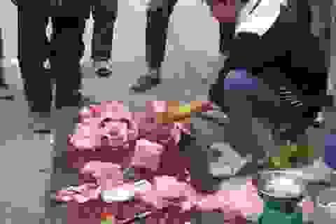 Xẻ thịt cá sấu bán trên vỉa hè