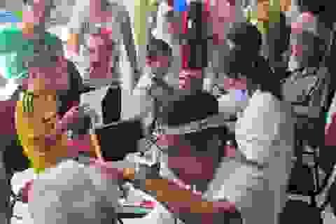 AIA tổ chức khám và phát thuốc miễn phí cho 100 người già và trẻ tàn tật Hà Nội