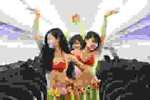 Tiếp viên VietJet múa bikini tưng bừng trên chuyến bay đến Singapore