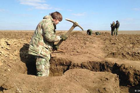 Đông Ukraine: Chưa rút vũ khí, đã vội đào hào