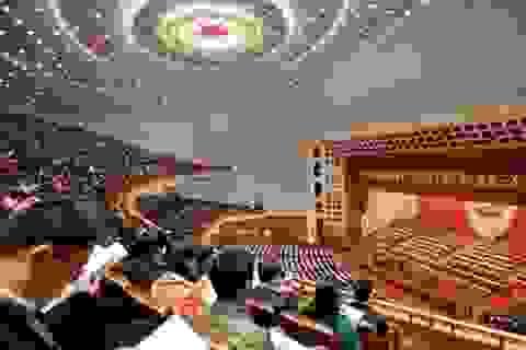 Nghị sỹ Trung Quốc không dám hút thuốc, ngủ gật