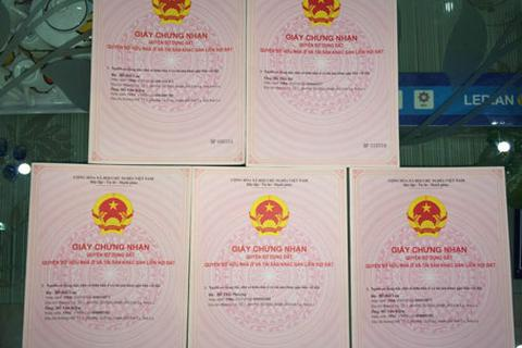 Thành phố Sơn La cấp sổ đỏ cho hộ dân mòn mỏi chờ đợi nhiều năm