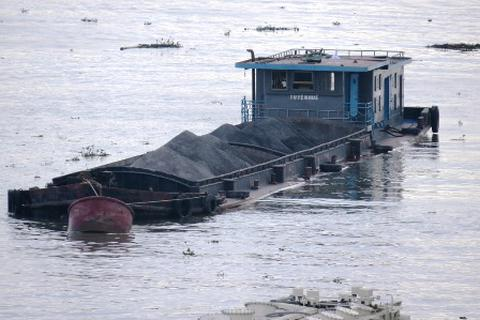 Đoàn liên ngành ra quân rầm rộ, tàu quá tải vẫn tấp nập qua lại