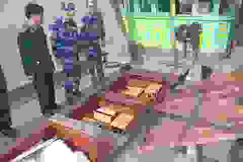 Bắt lô rượu ngoại lậu được chuyển xuống từ tàu hàng Trung Quốc