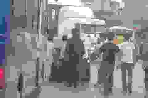 CSGT cùng dân đẩy xe bị nạn để giải tỏa giao thông
