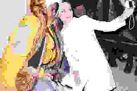 """Angelina Jolie quỳ gối trên vỉa hè chụp ảnh """"tự sướng"""" với fan"""