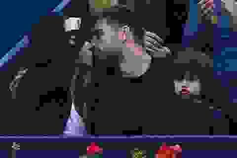 """Shakira """"khóa môi"""" phi công trẻ say đắm"""