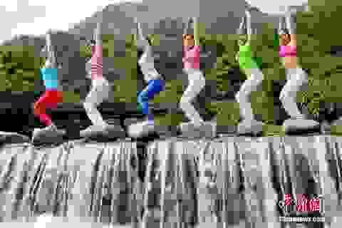 Dàn mỹ nữ Trung Quốc tập yoga cực đỉnh bên thác nước