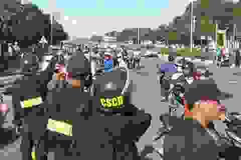 Cảnh sát cơ động dàn hàng ngang, bảo vệ du khách rời Đại Nam