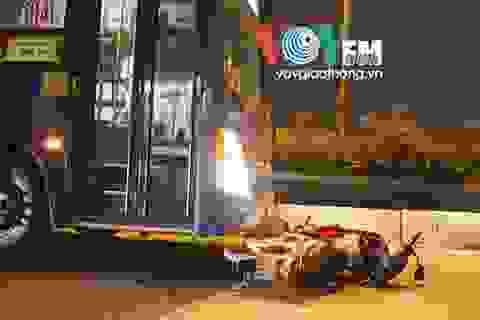 Người dân hô hoán cứu thanh niên mắc kẹt dưới gầm xe buýt