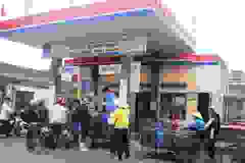 Người dân đổ xô mua xăng... về dự trữ