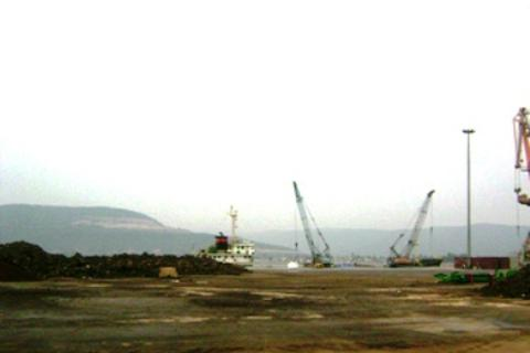 Tìm thấy sà lan đứt neo cùng 3 thủy thủ trôi dạt trên biển