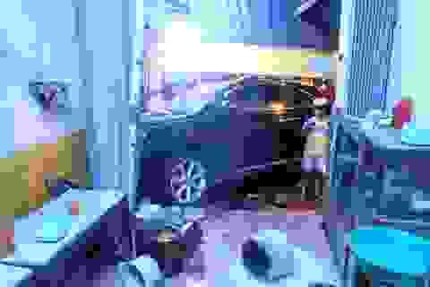 Xe Lexus lao vào quán phở, khách chạy tán loạn