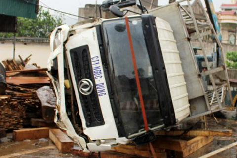 Xe chở gỗ đâm một người tử vong, lật nhào xuống đường