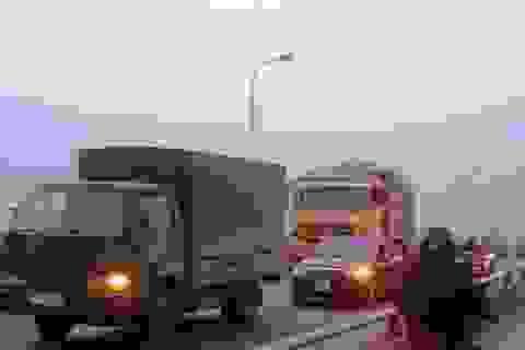 Xe container cán chết người, ách tắc trên cầu Tân Đệ