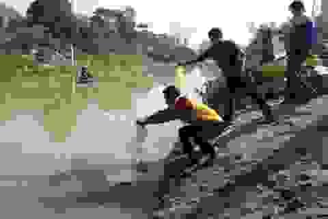 """Đoàn Thanh niên thuê thuyền vớt rác, giúp dân thả cá """"chầu trời"""""""