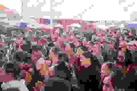 Hàng nghìn người đội mưa tham dự lễ cầu ngư