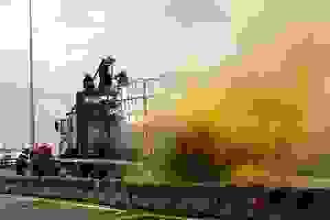 Xe chở 15 tấn hóa chất bốc cháy dữ dội