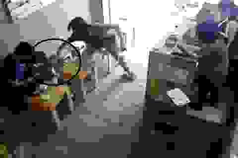 Hà Nội: Bố phát hiện con gái 16 tuổi trong nhà nghỉ với bạn trai