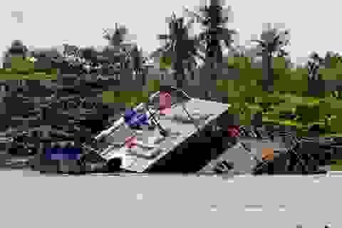 Tàu du lịch bất ngờ chìm xuống sông Sài Gòn