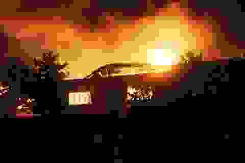 Nhà xưởng rộng hàng ngàn m2 chìm trong biển lửa