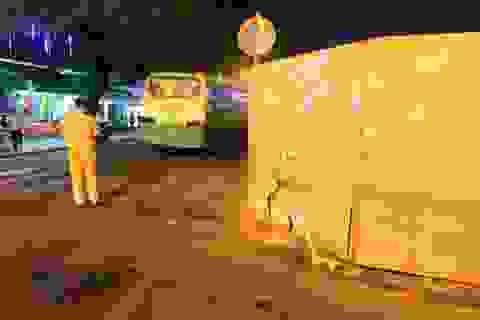 Bị xe buýt ép vào rào chắn trên đường, người đàn ông tử vong