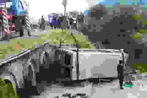Xe khách lao xuống hố, 16 người nhập viện