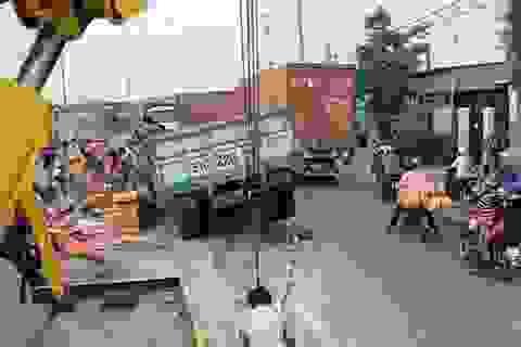 Xe tải lao vào dải phân cách, hàng ngàn tấm gạch men vỡ vụn