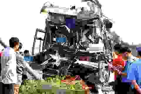 Xe khách nát bét đầu, tài xế tử vong, 6 người bị thương