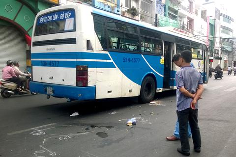 Một phụ nữ bị xe buýt cán nát chân