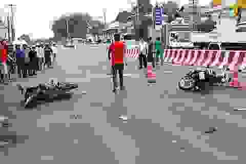 Xe tải kéo lê 5 người đang chờ đèn đỏ, 1 người tử vong