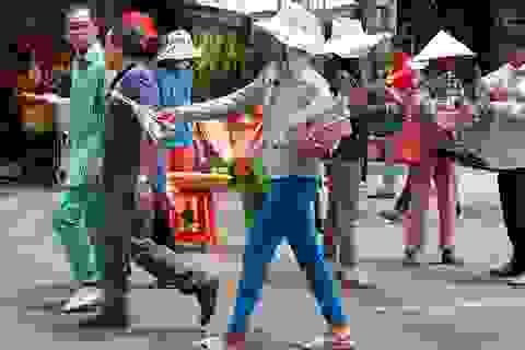 """Hàng rong, vé số """"bủa vây"""" khách hành hương đến Chùa Bà"""