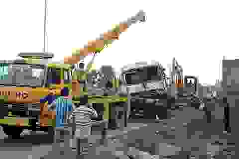 Ô tô 4 chỗ bị hàng chục tấn đất vùi lấp khi dừng bên đường